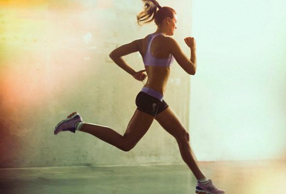 Mulher iniciantes na corrida praticando o esporte