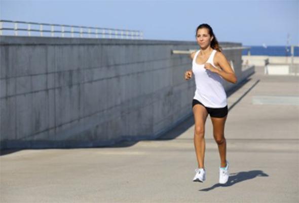 Mulher treinando para melhorar seu fôlego nas corridas