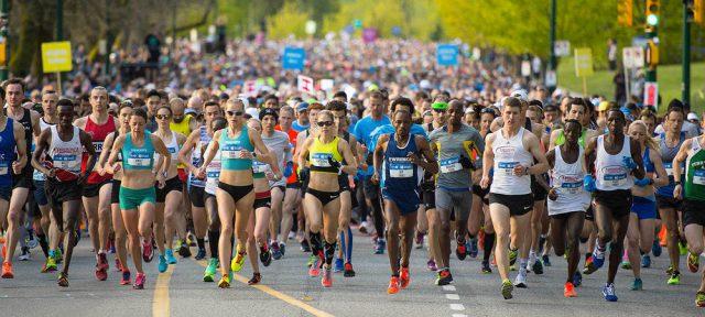 Varias pessoas correndo sua primeira prova de corrida