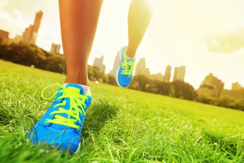 Pessoa correndo depois de escolhe o melhor tênis para correr de acordo com seus parâmetros