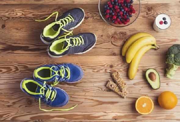 Trênis e alimentos que compem a dieta para corredor