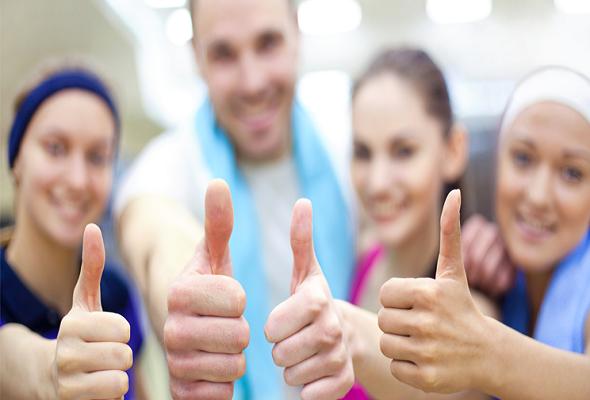 Atletas fazendo sinal positivo para a motivação para o esporte