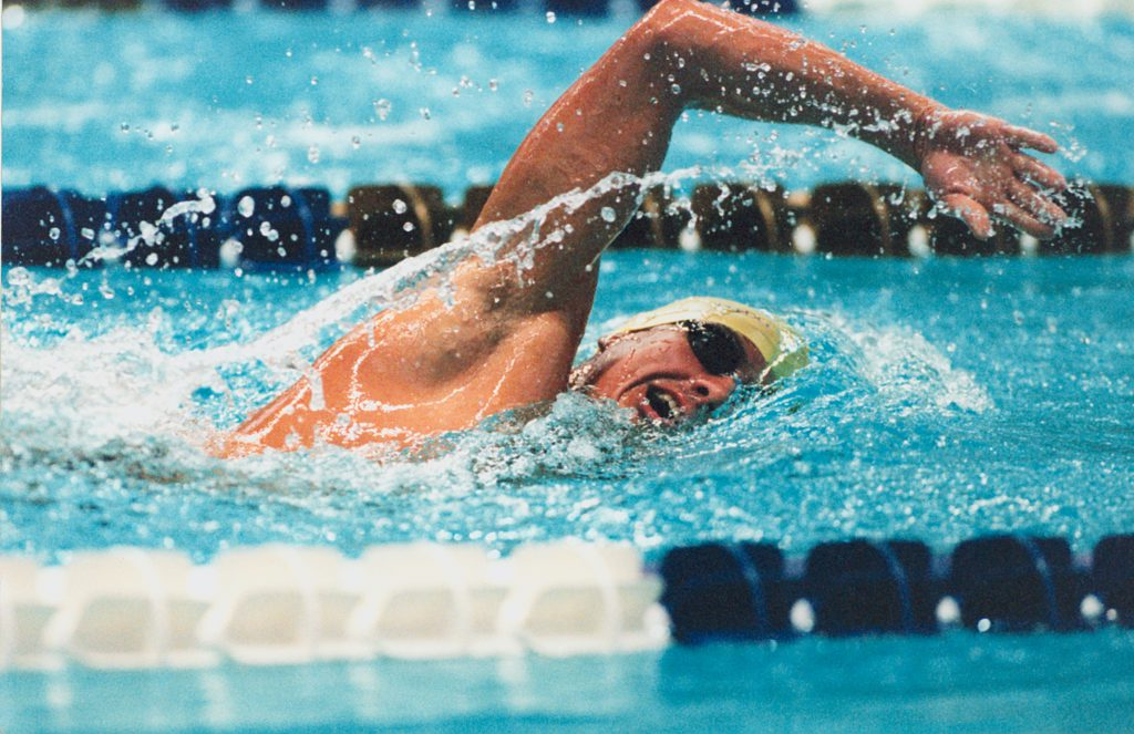 Nadador profissional aplicando dicas para melhorar desempenho na natação