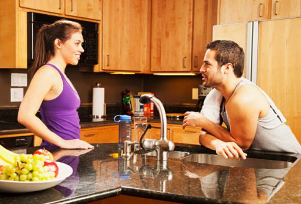 Treinador explicando para aluna o que comer na dieta pré-pós treino