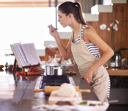 Mulher cozinhando receitas saudáveis e baratas
