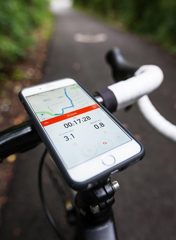 Celular com Aplicativo rodando Strava ajudando numa pedalada mais eficiente