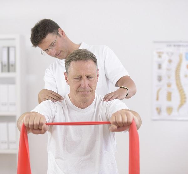 Homem com seu médico tratando da recuperação de lesões