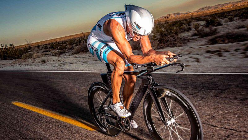 Atleta praticando ciclismo para triathlon