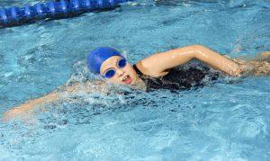 Garota participando de um treino de natação
