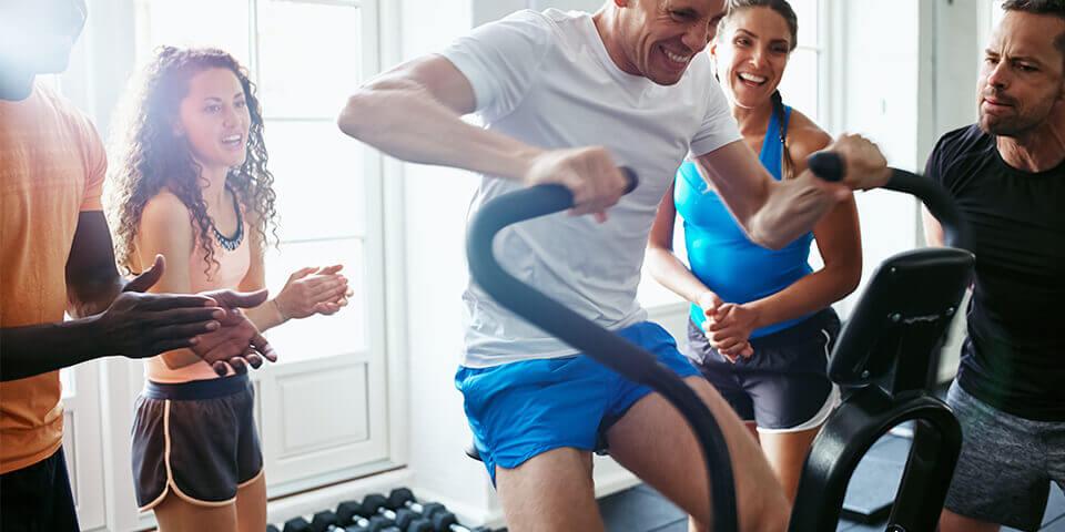 atletas praticando o treino fartlek no spinning