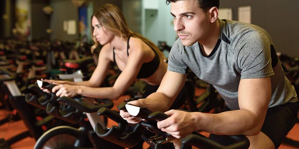 atleta praticando o treino intervalado no spinning